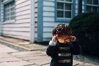 Kind-Blättermaske.shuto-araki-unsplash.jpg