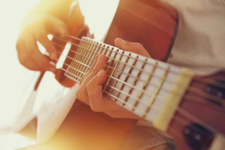 AdobeStock_145387927 Gitarre.jpeg