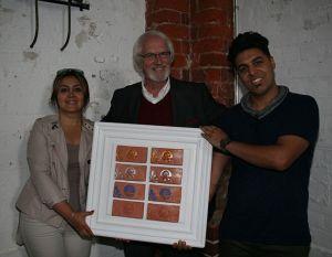 Sarah Soluki, Prof. Asmus J. Hintz und Mehdi Azim Aref stellen die Mariensteine vor