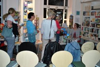 Schlagestehen zum Signieren - in der Pause war Gelegenheit zum Gespräch mit Lena Johannson (rechts, sitzend)