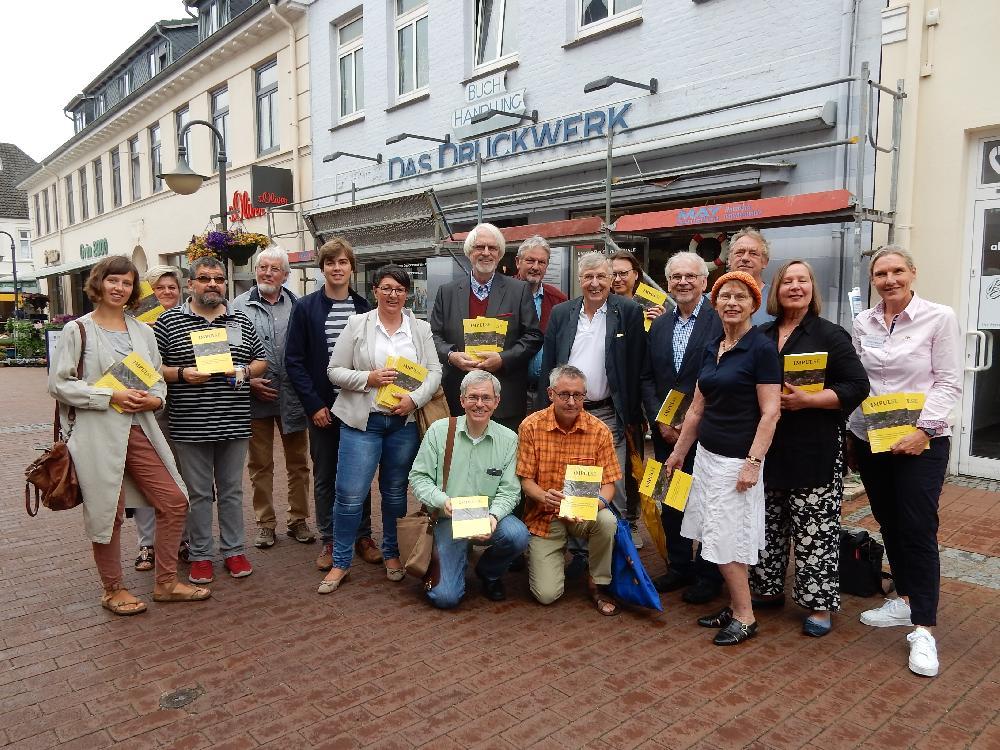 Einige der Autoren bei der Vorstellung der Impul-SE vor der Buchhandlung DRuckwerk (Foto: Friederike Kramer)
