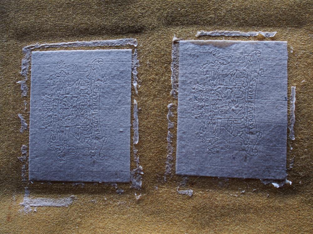 Charkteristsich für von Hand geschöpftes Papier ist der ungerade Schöpfrand.